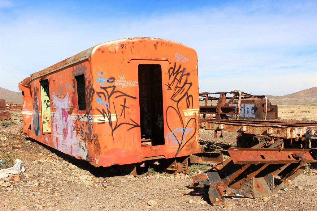 ウユニ塩湖通なスポット「列車の墓場」