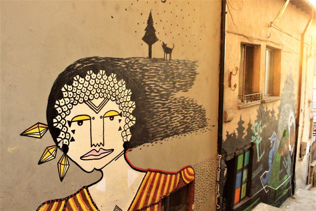 ブルガリア旅行ヴェリコ・タルノヴォの近代的な壁画