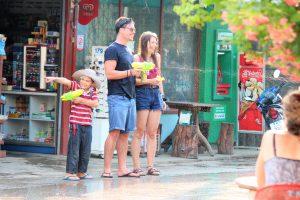 世界一周旅行楽しいお祭りタイチェンマイのソンクラーン(水かけ祭り)