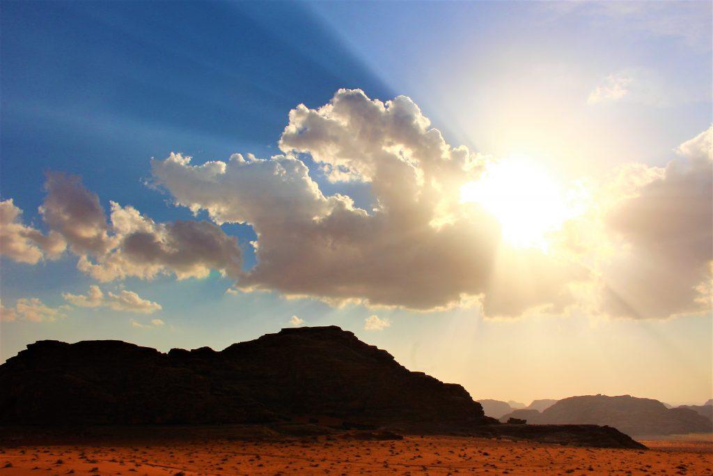 世界の絶景中東ヨルダンでキャンプテント泊朝日