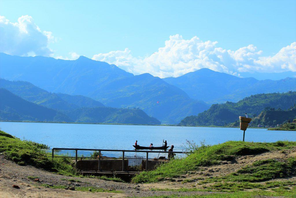 世界一周旅行ネパールポカラでヒマラヤ山脈を眺める湖畔