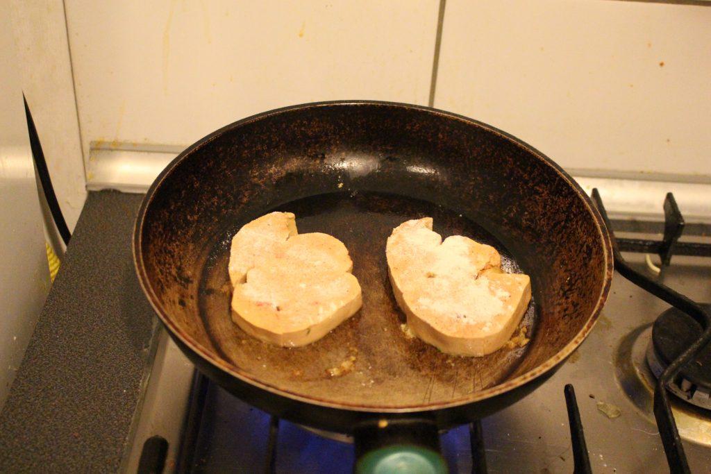 ホテルのキッチンで高級食材フォアグラを調理