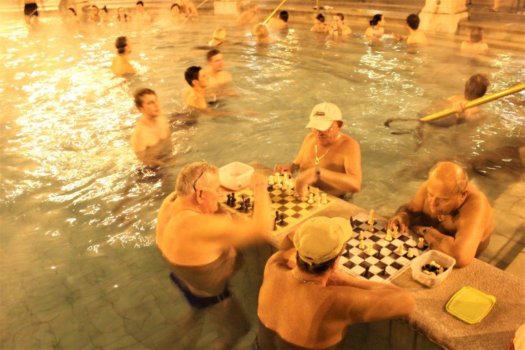 ルーマニアの温泉に浸かりながらチェス