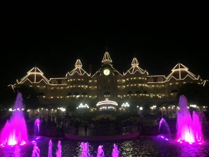 ディズニーランドパリ夜のエントランスとホテルライトアップ