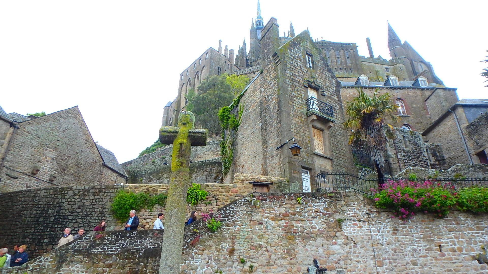 モンサンミッシェル修道院に向かって登る階段
