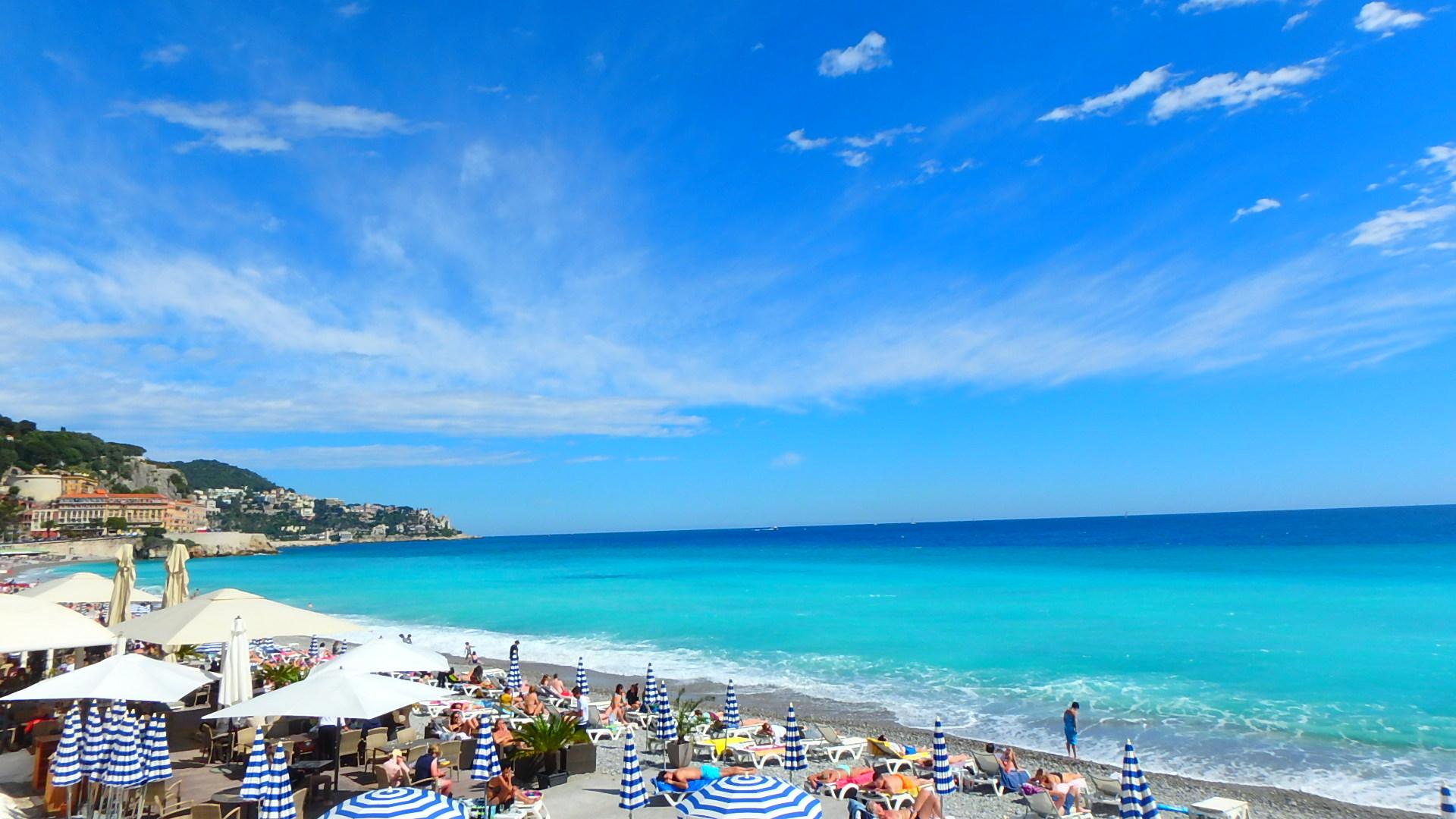ビーチにあるラウンジも青と白で統一されていてお洒落です。