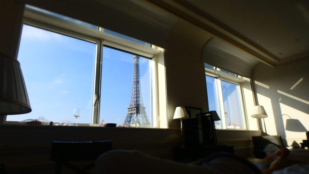 シャングリラホテルパリ寝起きのベッドから見えるエッフェル塔