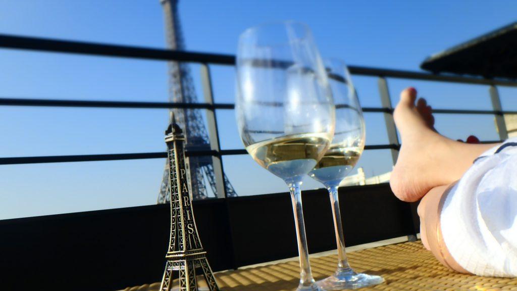 シャングリラホテルパリエッフェル塔の見えるテラス席でワイン