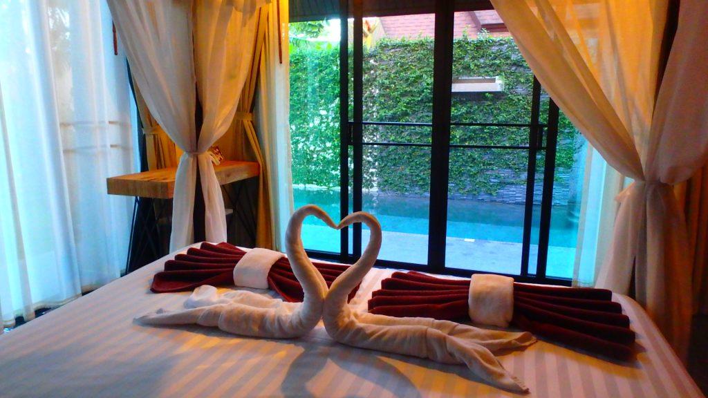プーケットThe kiri villas resortベッドメイキングが可愛い
