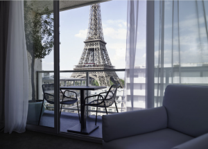 エッフェル塔が見えるホテルの部屋