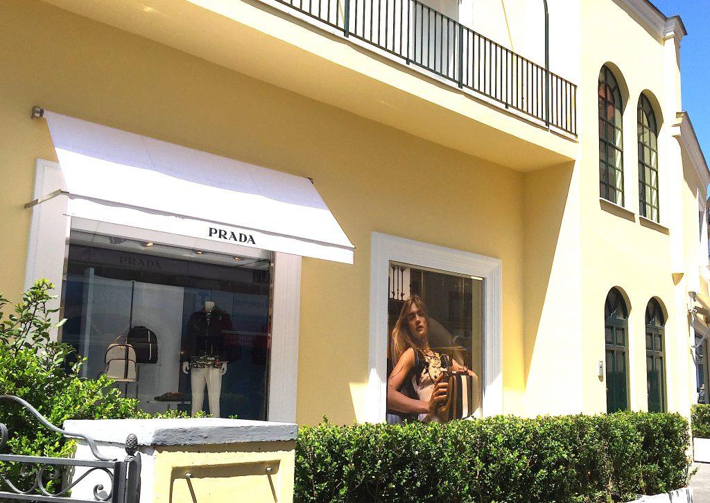 イタリアカプリ島のPRADAはレモンイエローでお洒落な外観