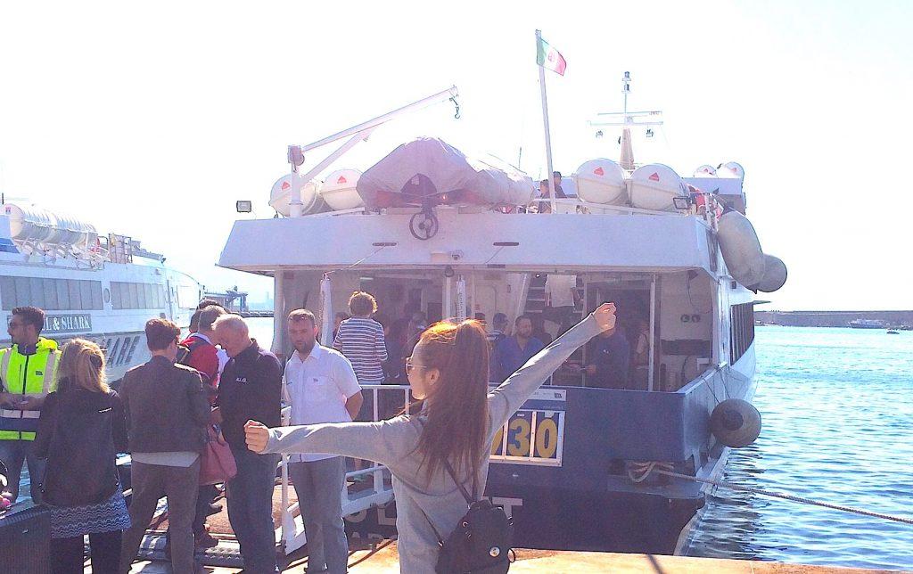 ナポリからカプリ島へのフェリーは乗船時間50分