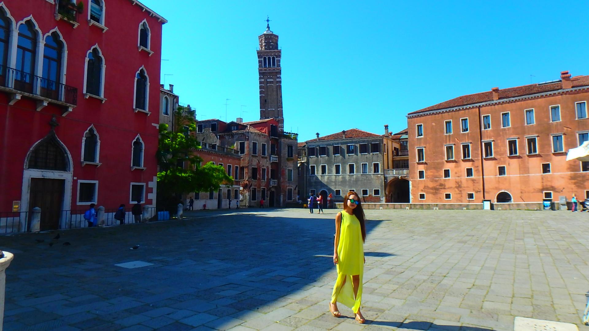 イタリアには傾いている建物が ピサの斜塔以外にも
