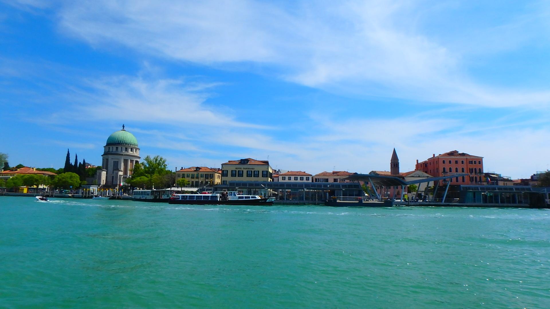 ベネチア海の上のフェリーから眺めるリド島の景色