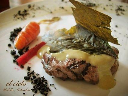 コロンビアのレストラン El Cielo メインディッシュのお肉