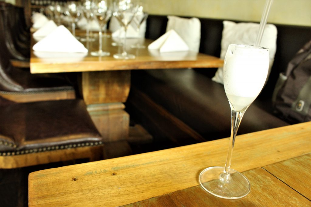 コロンビア レストラン El Cielo 食前酒のピスコサワー