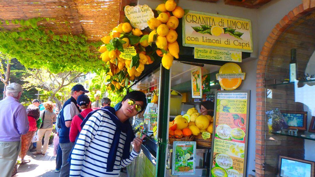 カプリ島名物のレモンジェラートとレモンジュース