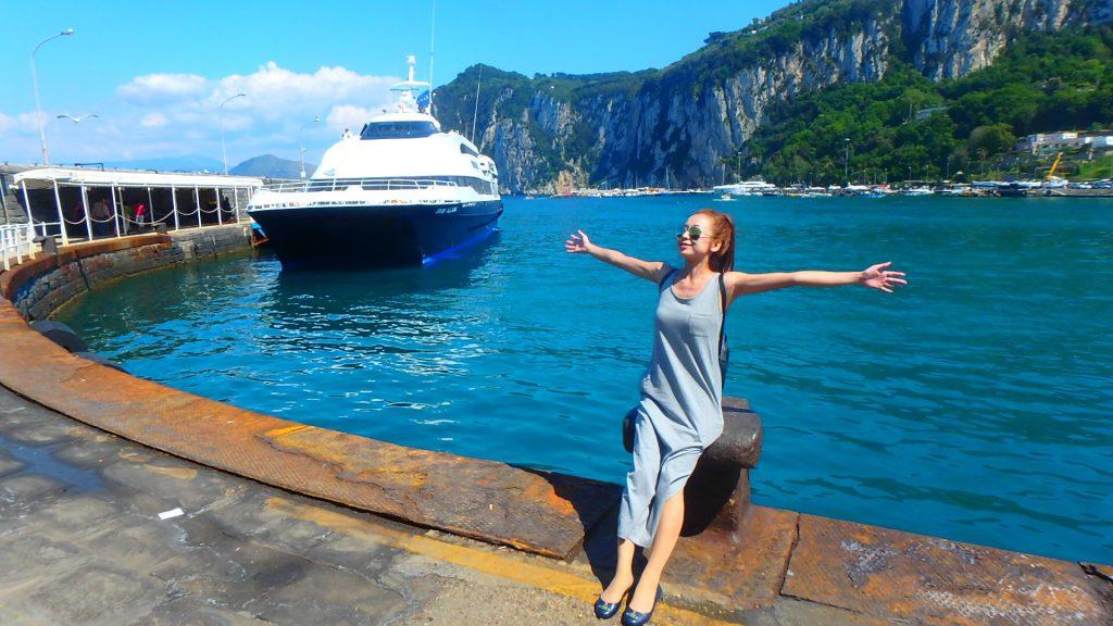 カプリ島の港へ船で おすすめ絶景満喫の旅