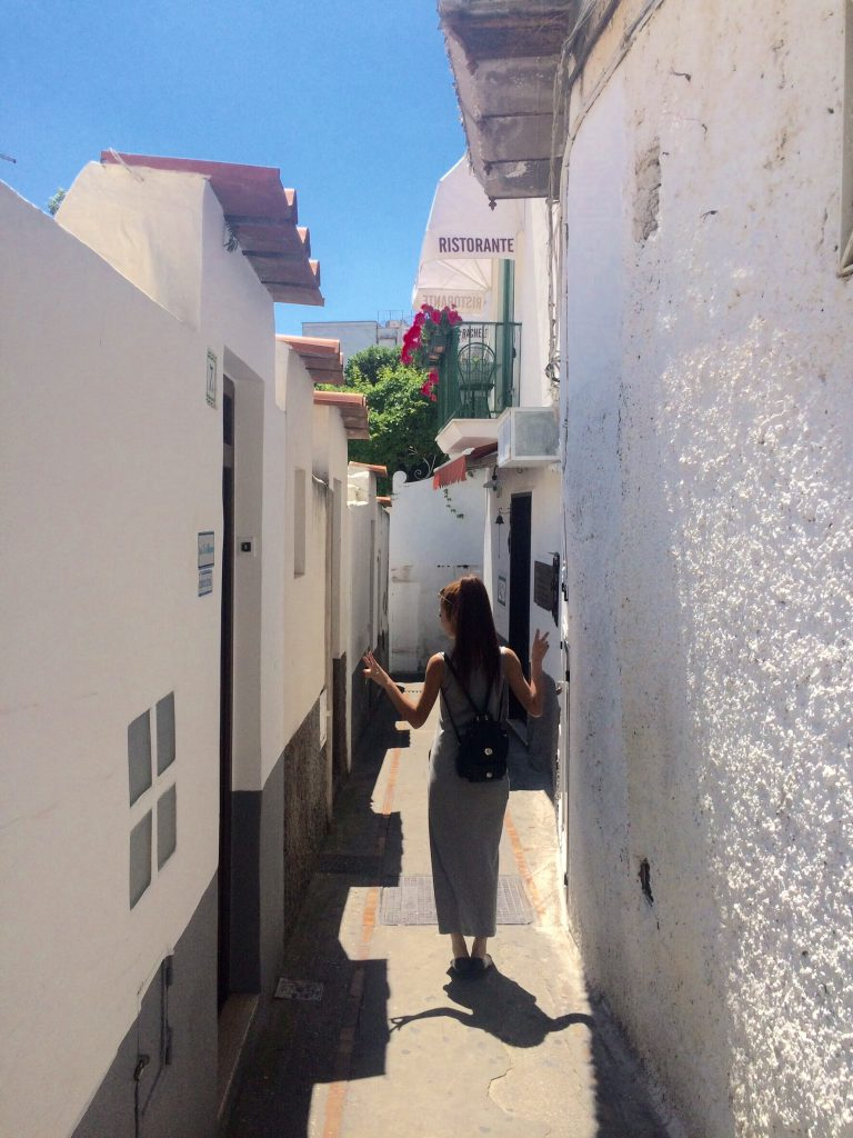 イタリアカプリ島の道がお洒落で真っ白
