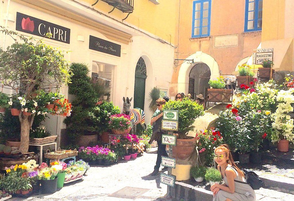 カラフルで可愛い街並み!イタリアのカプリ島がお花で溢れてる