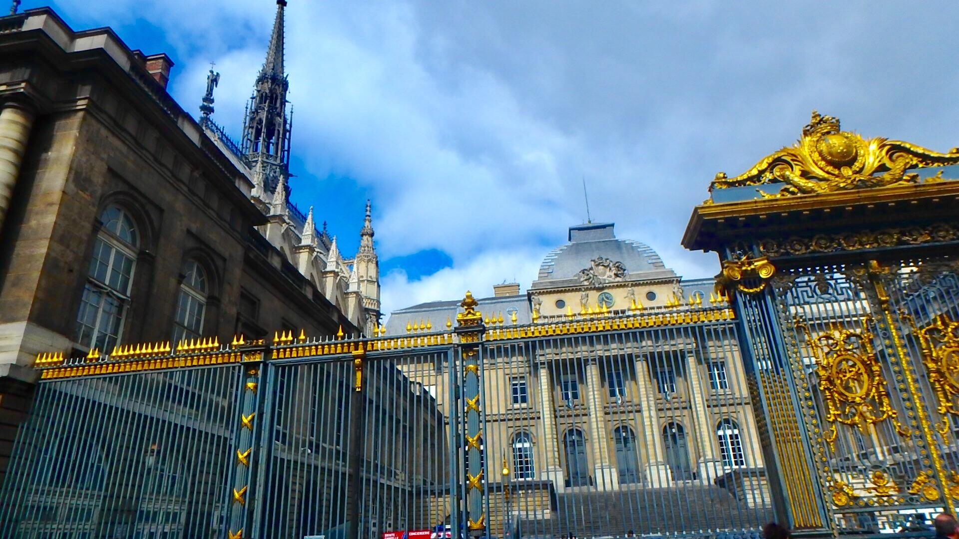 パリのサント・シャペル教会は裁判所の敷地内