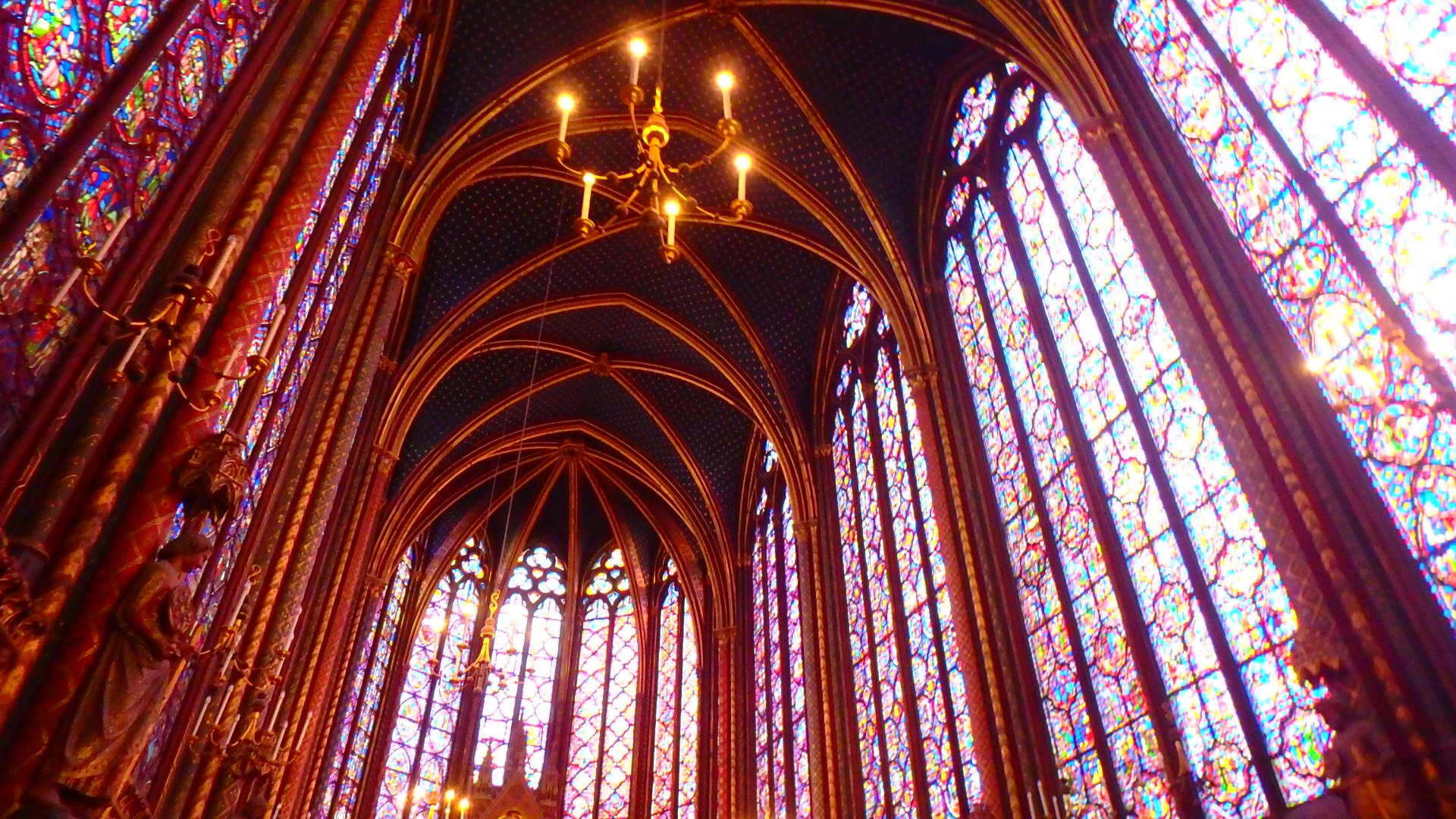 パリで一番綺麗な教会のステンドグラスとシャンデリア