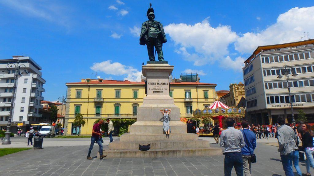 PISACENTRALE(ピサ・セントラル)駅 広場の銅像