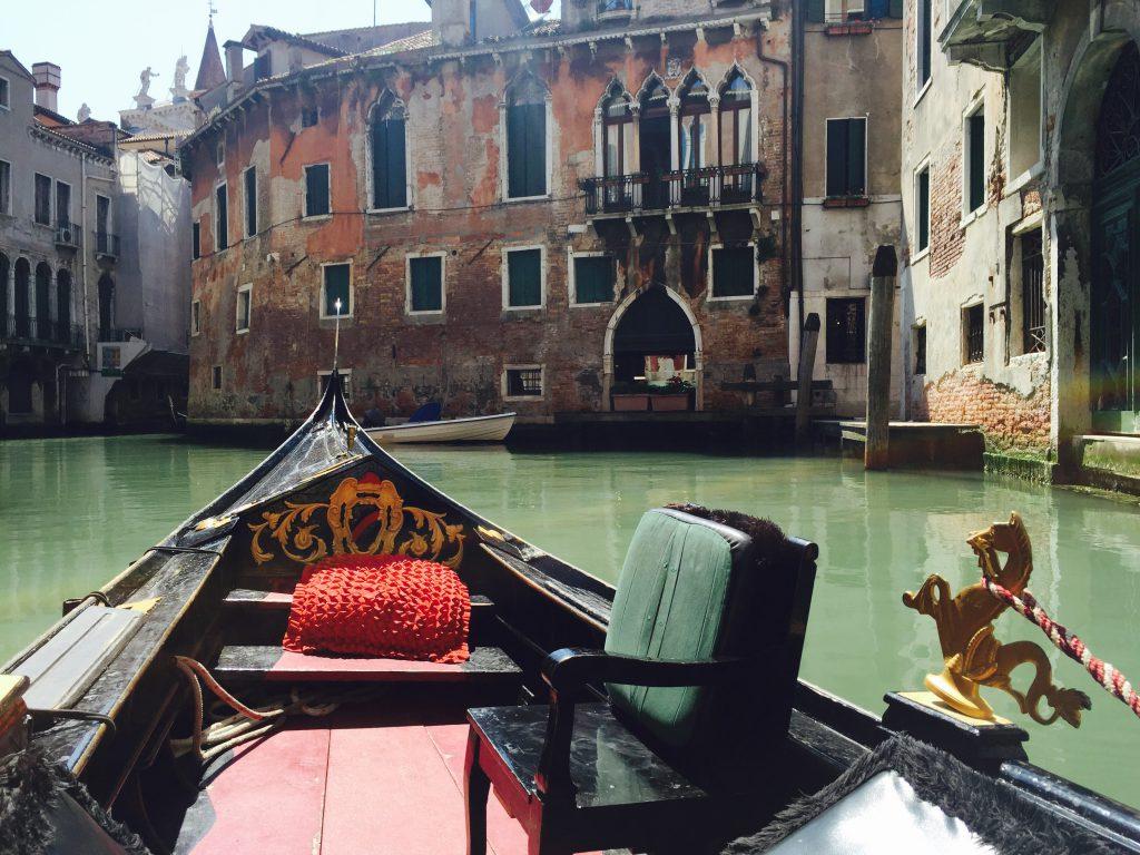 古い建物が並ぶイタリアベネチアをゴンドラで