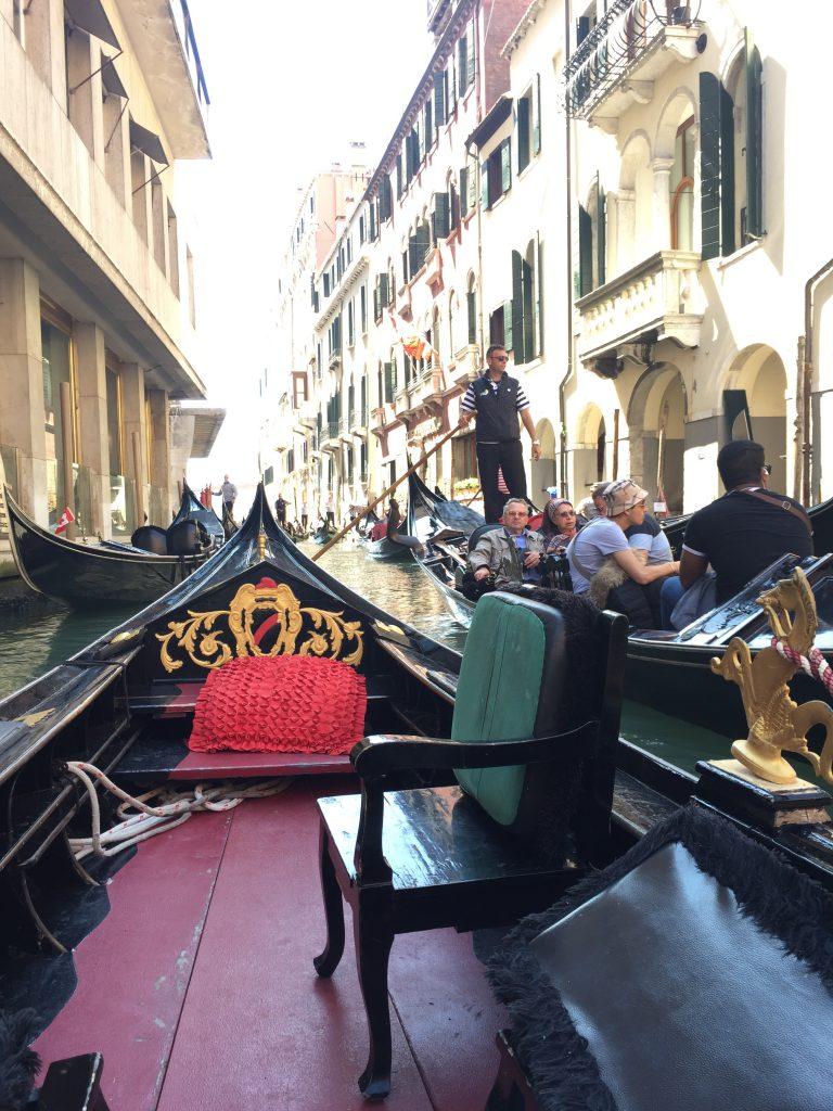イタリアベネチアのプライベートゴンドラはスレスレを通過