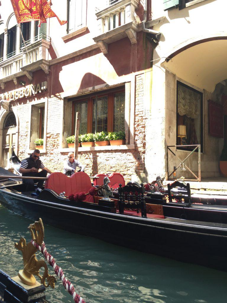 イタリアベネチアのプライベートゴンドラの船乗り