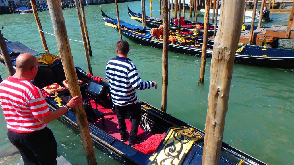 イタリアベネチアのゴンドラ乗船場と船乗り