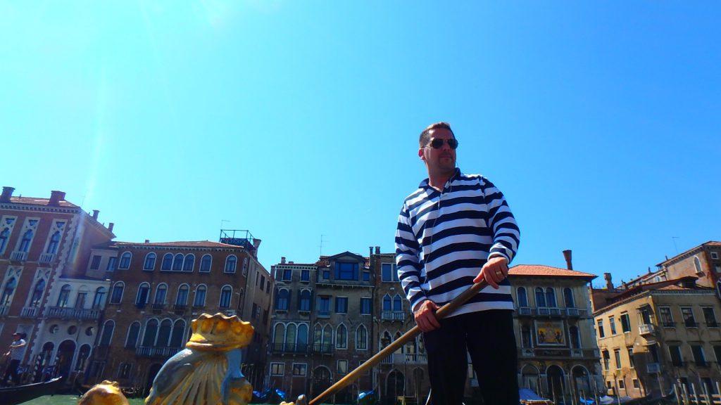 イタリアベネチアのゴンドラ船長は電話中(笑)