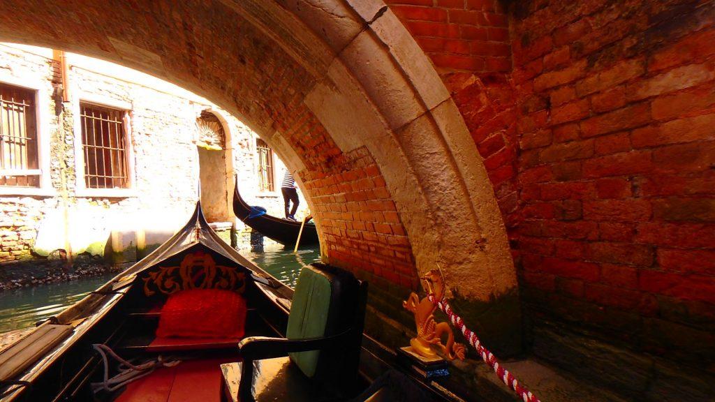 イタリアベネチアのゴンドラで橋の下を通過