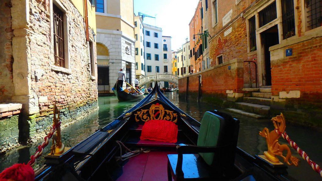 イタリアベネチアのゴンドラで水路と運河を遊覧