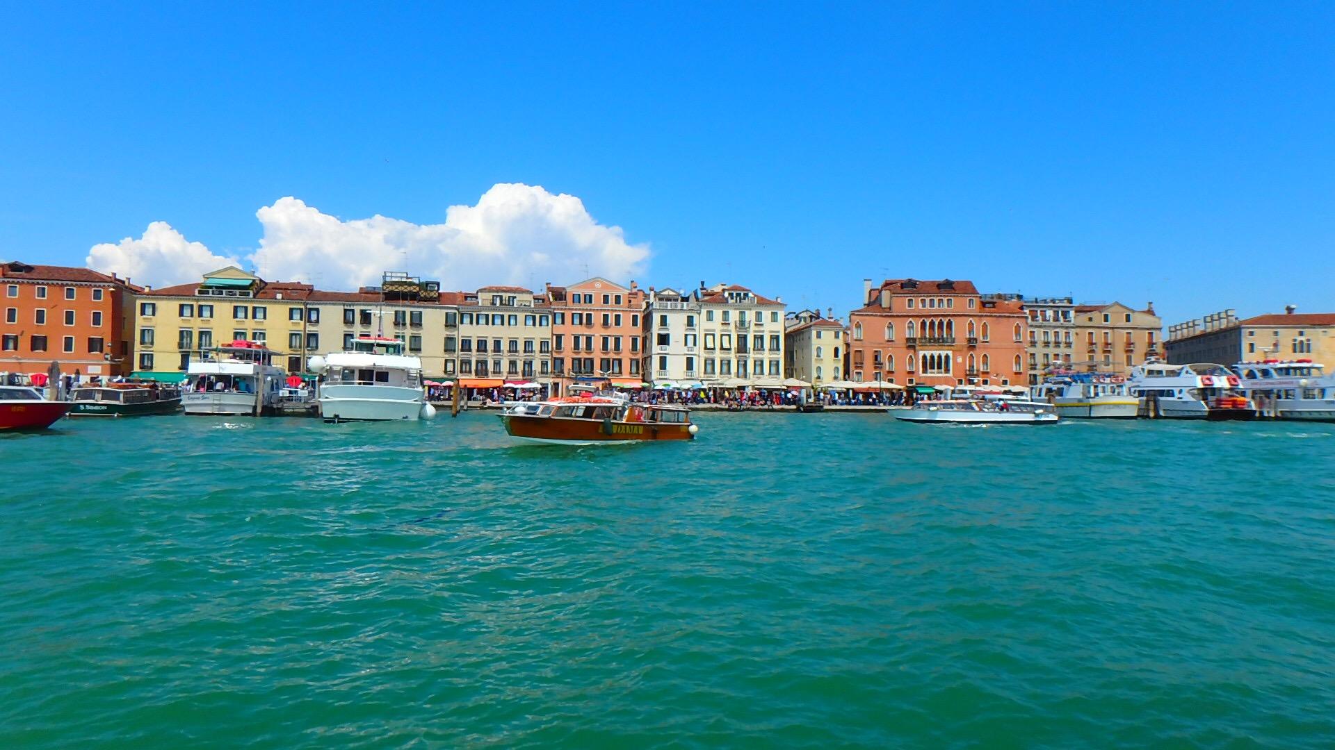 ベネチア海の上のフェリーから眺めるベネチアの風景