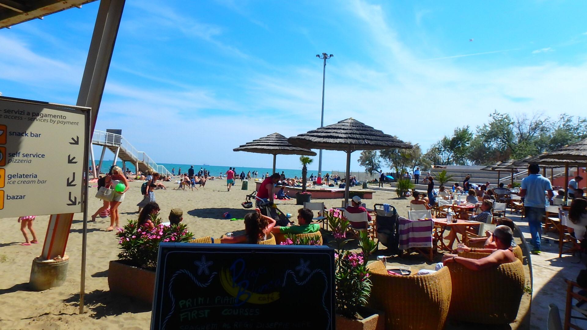 ベネチアの離島リド島のビーチにあるカフェのテラス席