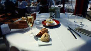 シャンパンとエッフェル塔!パリのおすすめ絶景レストラン