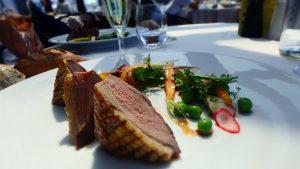 パリで美味しいお肉料理を エッフェル塔の見えるレストラン