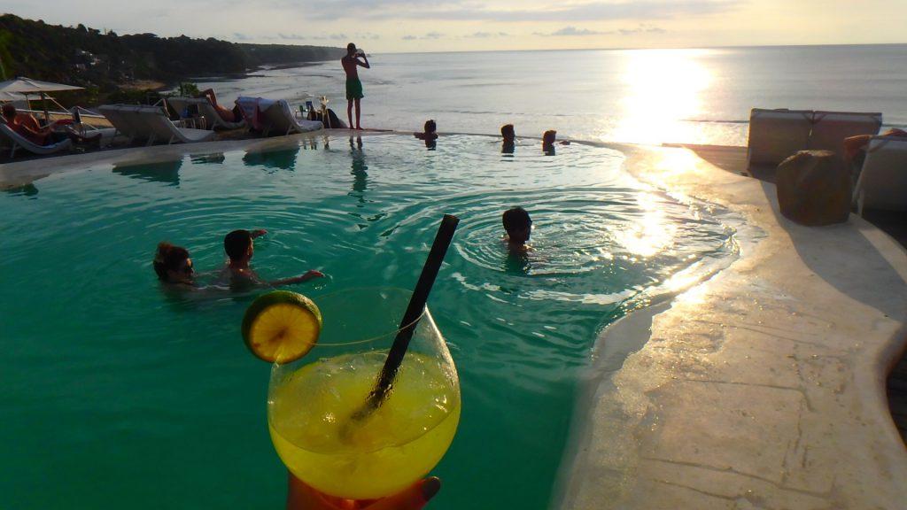 海外のおすすめ絶景Bar プールから海が楽しめるレストラン
