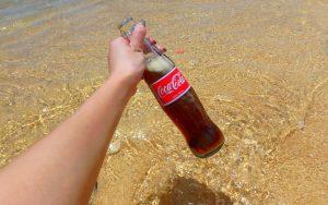 バリ島離島のレンボンガン島の透き通った海とコカコーラ
