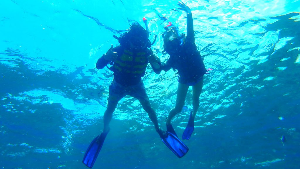 バリ島離島のレンボンガン島でシュノーケリングカップル旅行