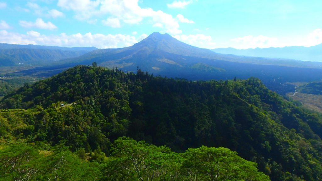 バリ島絶景のバトゥール山は危険な活火山