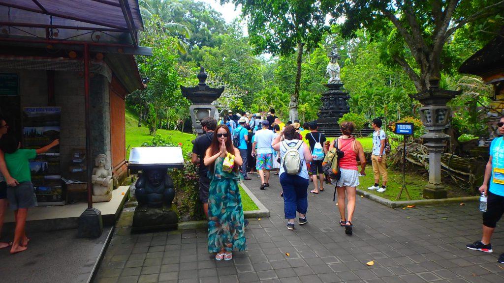 バリ島で聖水の沸き出るティルタウンプル寺院