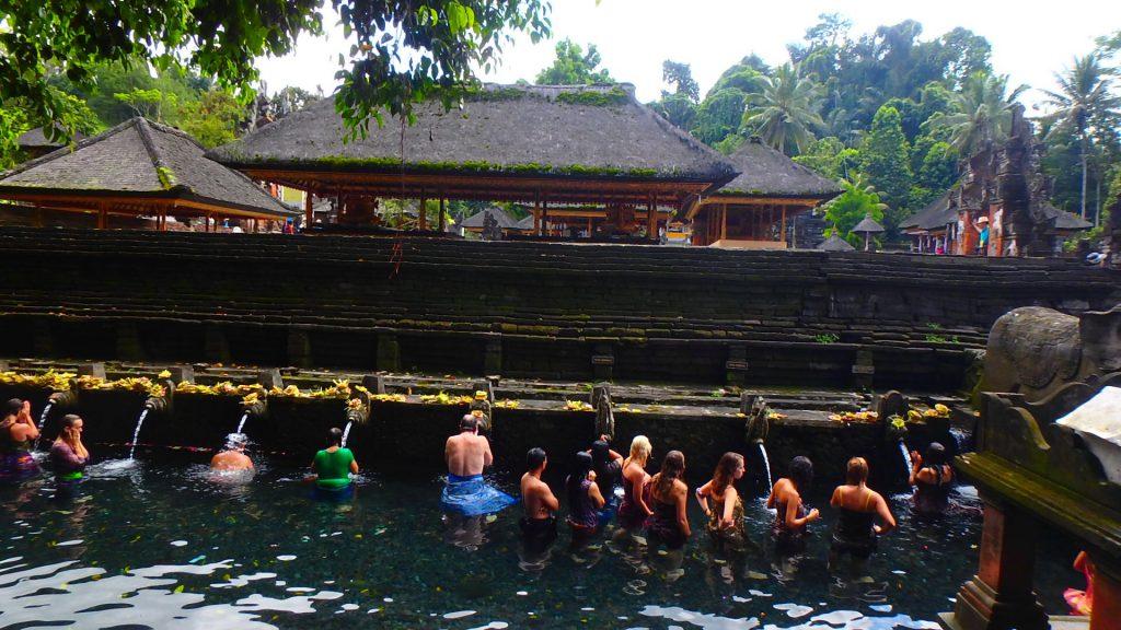 バリ島ティルタウンプル寺院で水を浴びる