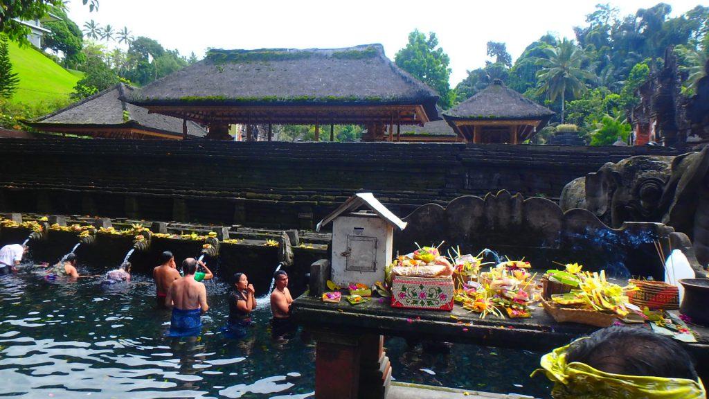バリ島ティルタウンプル寺院の聖水で巡礼ヒンドゥー教