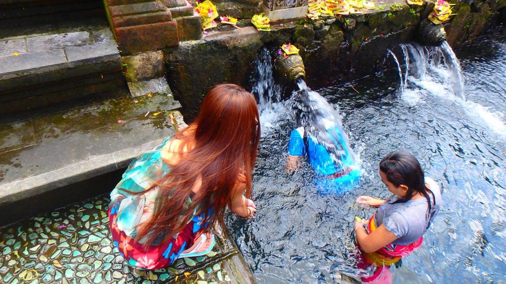 バリ島有名観光スポットティルタウンプル寺院
