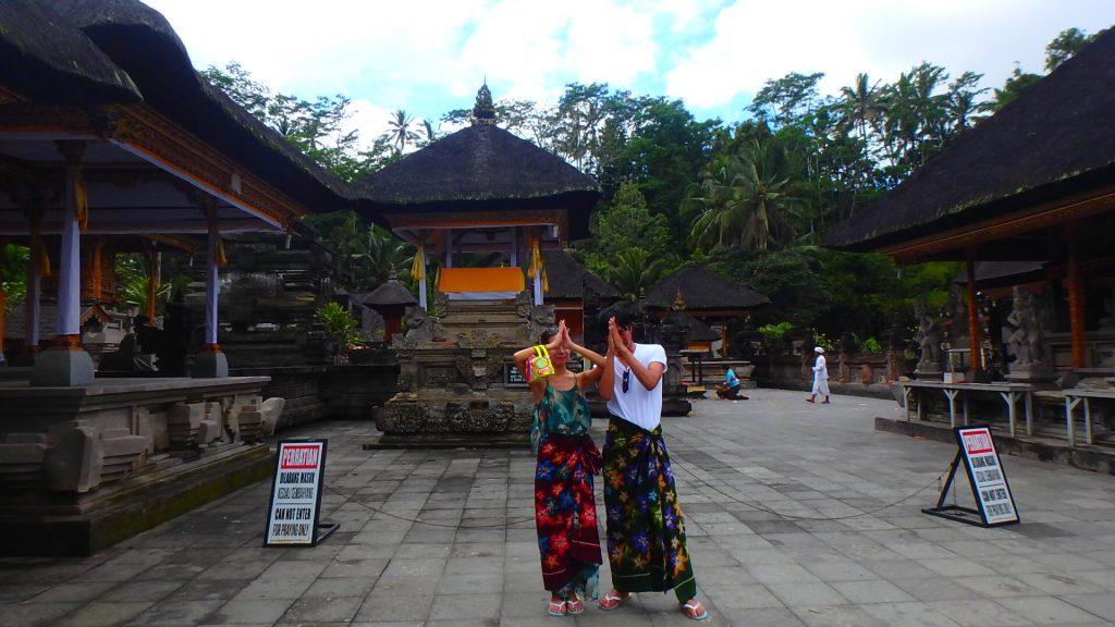 バリ島ティルタウンプル寺院ではサロンの無料貸し出しあり