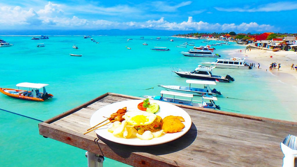 バリ島離島のレンボンガン島絶景ビーチのヴィラでナシゴレン