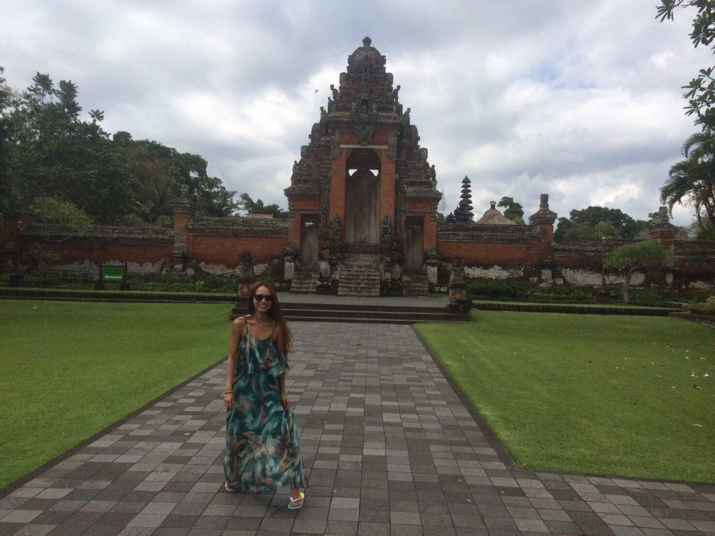バリ島の寺院はミニスカートや露出は禁止