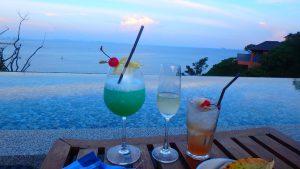 海外の海が見える絶景Bar ソファのあるカバナ席
